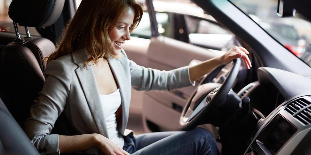 img-women-buying-luxurycars